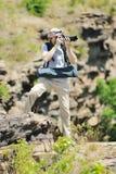 Een het wildfotograaf neemt beelden van een landschap Stock Afbeelding