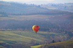 Een hete luchtballon bij zonsopgang royalty-vrije stock foto