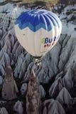 Een hete luchtballon navigeert het manier onderaan spectaculaire Rose Valley bij zonsopgang, dichtbij Goreme in het Cappadocia-ge Stock Afbeeldingen