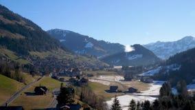 Een hete luchtballon over de sneeuw behandelde tijdens de vlucht hoge berg alpiene pieken van centraal Zwitserland stock video