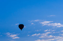 Een hete luchtballon is silhouettedà ¹ ƒ Stock Afbeeldingen