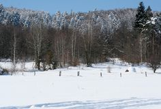 Een heuvel van droog hooi in de bergen in de winter Stock Foto's