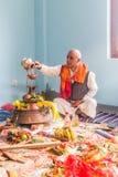 Een Hindoes Gebed die Wijwater op een Koperpot zetten tijdens Pooja a royalty-vrije stock fotografie