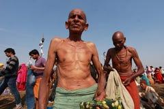 Een Hindoese liefhebber komt heilig bad in Kumbh Mela nemen Royalty-vrije Stock Afbeeldingen