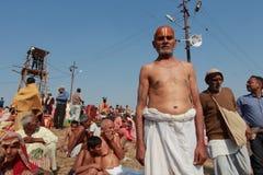 Een Hindoese liefhebber komt heilig bad in KumbhMela nemen Stock Afbeelding