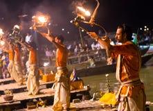 Een Hindoese priester voert het ritueel van Ganga Aarti in Varanasi uit. Stock Foto's