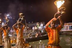 Een Hindoese priester voert het ritueel van Ganga Aarti in Varanasi uit. Stock Afbeeldingen