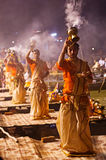 Een Hindoese priester voert het ritueel van Ganga Aarti in Varanasi uit. Royalty-vrije Stock Foto