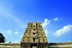 Een Hindoese tempel onder de blauwe hemel Stock Foto's