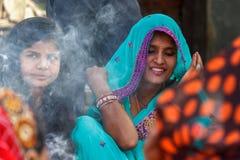 Een Hindoese vrouw in traditionele Sari bij Durbar-Vierkant in Nepal Stock Foto