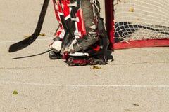 Een hockey die goalie op te hervatten spel wachten Royalty-vrije Stock Foto