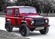 Een hoek van een klassiek Land Rover Defender wordt geschoten dat royalty-vrije stock foto