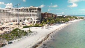 Een hoge bouwwerf van het eindhotel naast het strand in Cancun, Mexico bij zonsondergang stock video