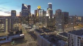 Een hoge brede die hoek van cityscape van Minneapolis verlichten het Van de binnenstad tijdens schemering 4K UHD Timelapse wordt  stock footage