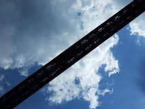 Een hoge spoorbrug over de rivierbabysitter royalty-vrije stock afbeelding