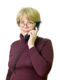 Een hogere vrouw bij telefoon Royalty-vrije Stock Afbeelding