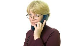 Een hogere vrouw bij telefoon Stock Afbeeldingen