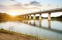Een hogesnelheidstrein die op een opgeheven brug lopen royalty-vrije stock foto's