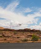 Een hommel die over rode rotsen in de woestijn vliegen Stock Foto