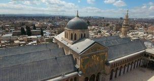 Een hommelvlucht een moskee op een stad stock video