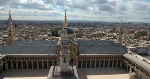 Een hommelvlucht een moskee op een stad stock videobeelden