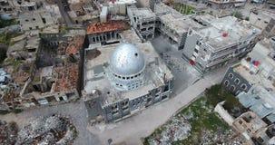 Een hommelvlucht een moskee op een stad stock footage