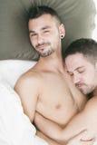 Een homoseksueel paar onder een bed in studiowit royalty-vrije stock foto's