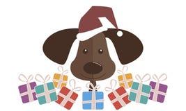 Een hond in een rode Santa Claus-hoed met stelt voor Gelukkige Nieuwjaar en Kerstmis Stock Foto