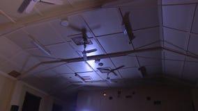 Een hoog plafond van binnenuit een filmtheater stock footage