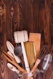 Een hoogste mening over houten bestek op de donkere houten achtergrond Royalty-vrije Stock Fotografie