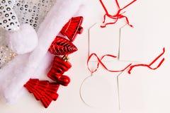 Een hoogste mening van rode Kerstmisornamenten en lege etiketten royalty-vrije stock foto's