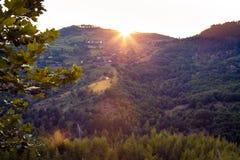Een hoogtepunt bereikende zon over de heuvel op zonsondergang stock afbeelding