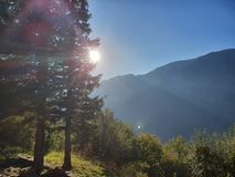 Een hoogtepunt bereikende zon over de heuvel op zonsopgang stock afbeeldingen
