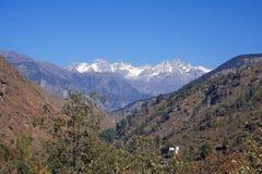 Een hoogtepunt bereikt sneeuw toneel in Indische himalayan Bergen stock foto