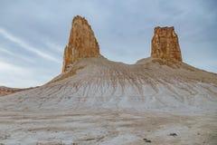 Een hoogtepunt bereikte rotsen in de canion van Boszhira, ruggegratenplateau Ustyurt, Kazachstan stock afbeeldingen