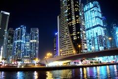 Een hoogtepunt van de schoonheids volledig stad van verlichting bij nacht royalty-vrije stock fotografie