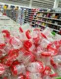 Een hoop van containers voor biologisch materiaal en analyse in hypermarket stock foto's