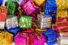 Een hoop van de close-up van Kerstmispakketten Royalty-vrije Stock Foto's