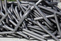 Een hoop van gebogen afdelingsrebar - de gebogen bars van de staalversterking bij een bouwwerf royalty-vrije stock foto's