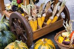 Een hoop van hooi, pompoen en graan op de kar De decoratie van het oogstfestival stock foto