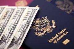Contant geld & Paspoorten Stock Afbeeldingen