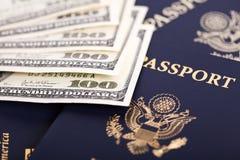 Contant geld & Paspoorten Royalty-vrije Stock Afbeeldingen