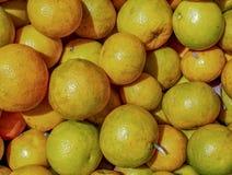 Een hoop van sinaasappelen in een markt stock afbeeldingen