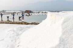 Een hoop van zout bij de zoute gebieden van Hon Khoi in Nha Trang, Vietna Stock Fotografie