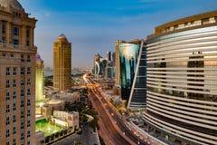 Een horizonmening van Doha-Stadscentrum bij schemer Royalty-vrije Stock Fotografie