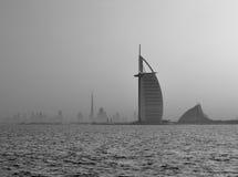 Een horizonmening van Doubai op een wazige ochtend Stock Foto's