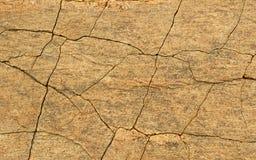 Een horizontaal kader van de gebarsten natuurlijke achtergrond van de rotstextuur stock afbeelding