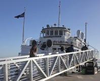 Een Hornblower-het Dineren Cruise die zijn Passagiers inschepen stock foto's
