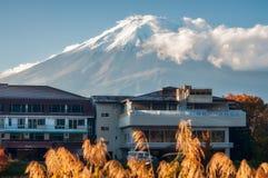 Een hotel in Fujikawaguchiko met Onderstel Fuji met legendarisch Sn royalty-vrije stock fotografie
