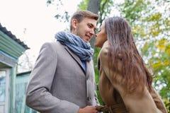 Een houdend van paar in afwachting van een kus royalty-vrije stock fotografie
